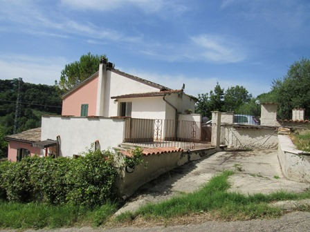 Nicely positioned semi-detached countryside house 3 km to the beach and 5km to Lanciano, with garden and parking.1