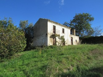 Ruin of 110sqm with 1.5 hectares of land in a very beautiful and panoramic location.1