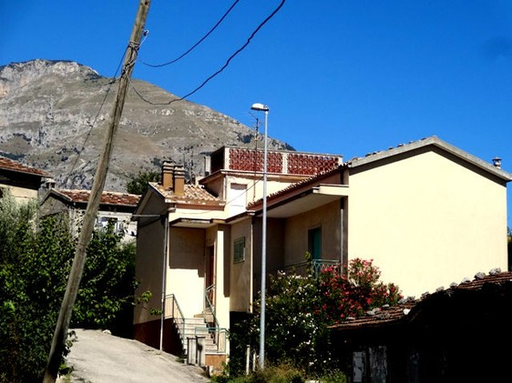 Habitable, spacious 3 bed house, with garden and 20 mins from skiing 1