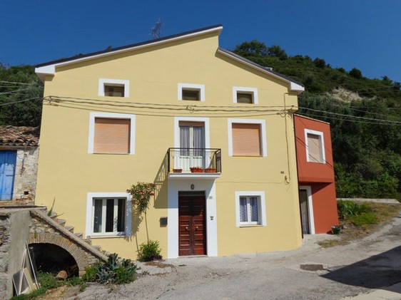 Stone, partly renovated house of 200sqm with garden and garage 2km to town 1