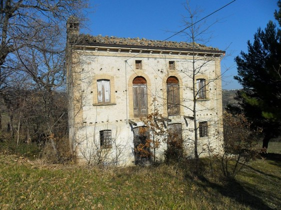 Original stone building to renovate with 10,000sqm of land, 5km to Guargiagrele