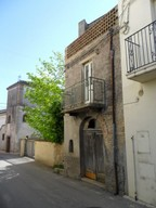 Spacious house to renovate with garden in lively town 4km to Lanciano.