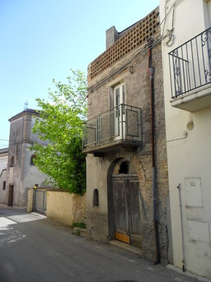 Spacious house to renovate with garden in lively town 4km to Lanciano.1