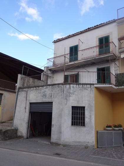 Habitable town house with 30sqm terrace and garden. 500 meters to swimming pool, 2km to lake1