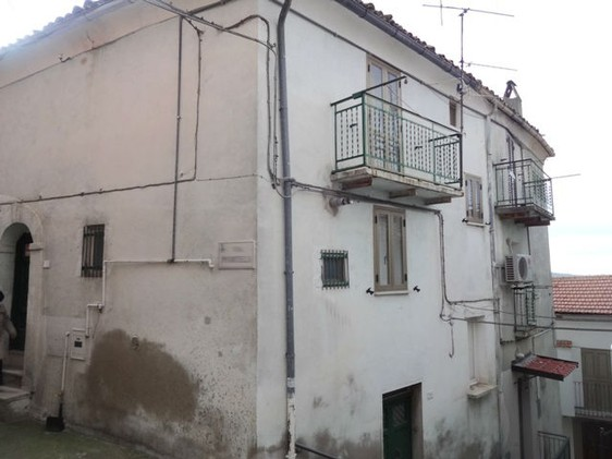 Four bed, stone house, habitable with central heating in the lively town of Casoli