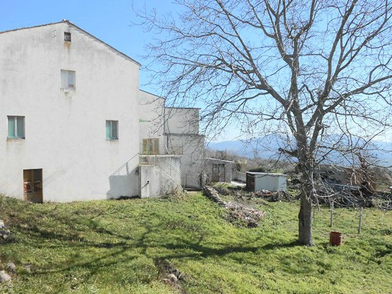 Two houses on 1000sqm of land in the center of a lively village close to the characteristic town of Tornareccio. 1