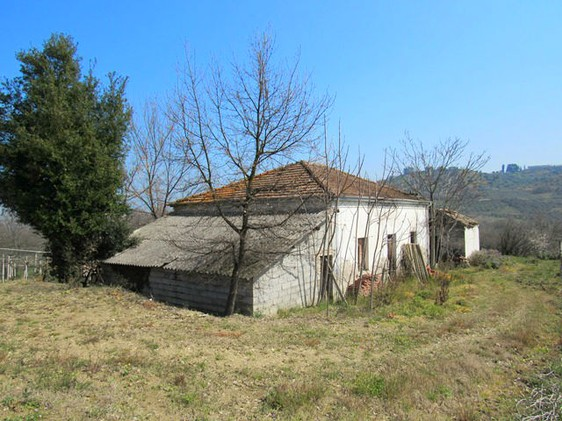 Detached farm house, surrounded by vines, in a peaceful and picturesque location, 5km to the beach.