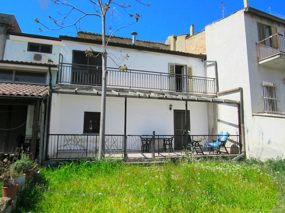 Town house with four bedrooms on two levels, finished, with garden in the center of a typical, lively Italian town.