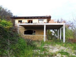 New structure to finish in isolated spot 5km to beach with 1000sqm of garden.