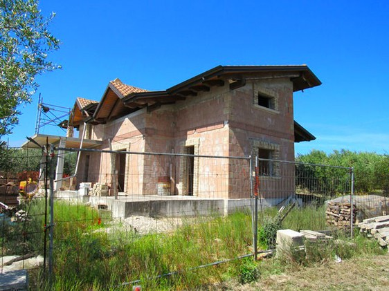 A rough, skeleton of a detached villa for sale with 500sqm of garden. 1