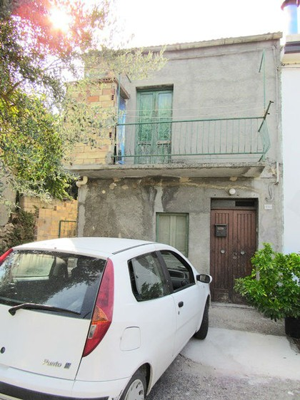 Semi-detached town house with garage, 50sqm garden and barn in panoramic location.