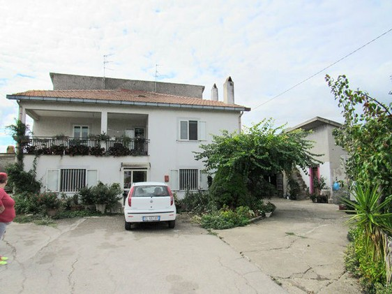 Semi-detached farm house, with barn and second house, 1000sqm of garden1