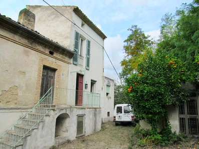 Two farm houses with 1000sqm of land, in a quiet spot 3km to the city center of Lanciano. 2