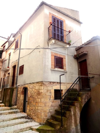 Two bed stone town house near swimming pool and lake. 1
