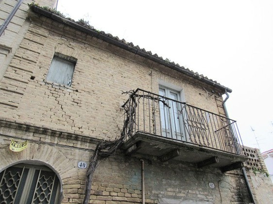 First floor flat of 40sqm to renovate in the center of this lively town, 7km to the beach. 1