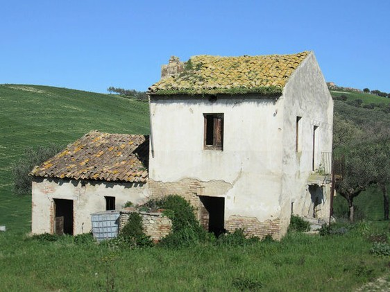 Detached, character full ruin in Cotti, Castel Frentano, of 60sqm, to restructure with a fantastic mountain view. 1