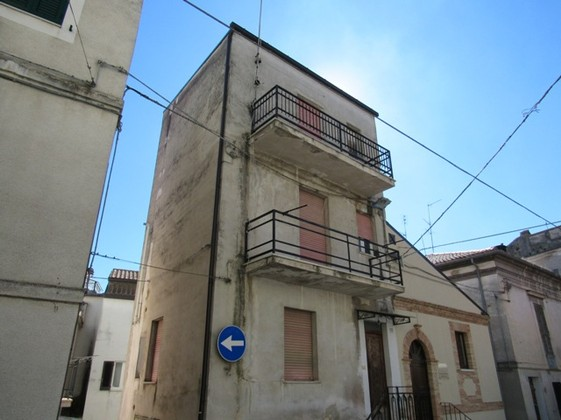 4 floor town house in the historic center with vaulted ceiling and attic to easily convert to a sun terrace.