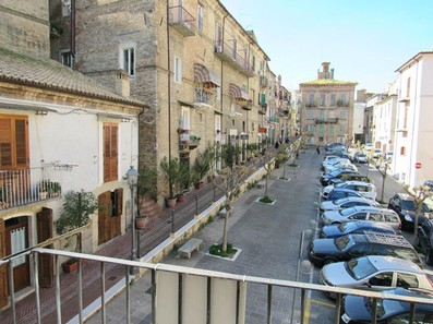 Town house in the historic center of Lanciano with spacious and sunny terrace , three bedrooms and a garage.1