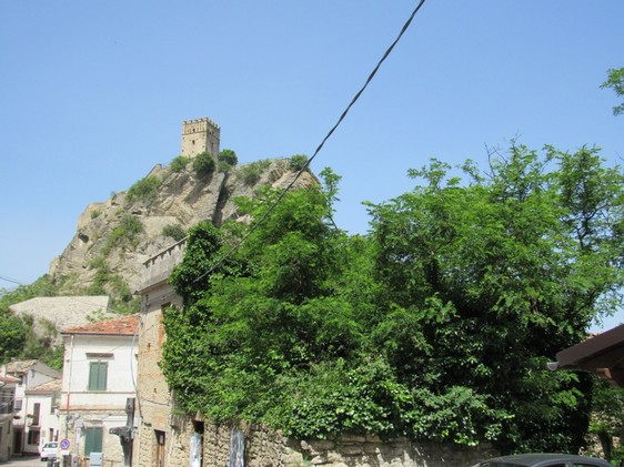 Castle view, stone, town house, detached, of 250sqm in the center of an important tourist location.