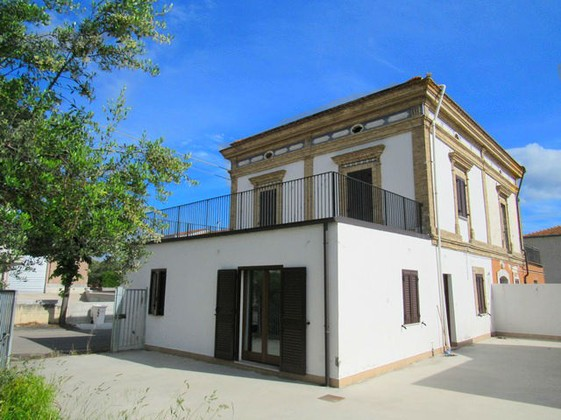 Finished semi-detached town house with 2000sqm of olive grove and 90sqm out building with sea view, located 5 minutes drive to the beach.