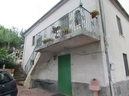 Roccamontepiano, Abruzzo. Nicely located stone 3 bedroom house of 120sqm with 100sqm of garden and beautiful views.