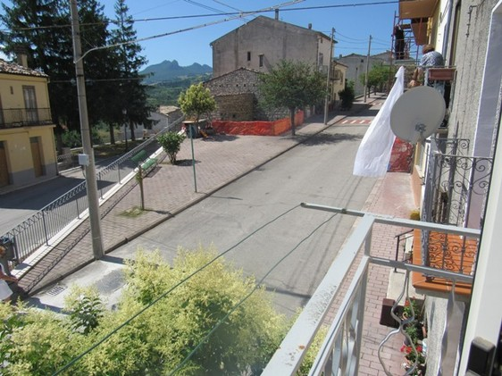 Habitable, stone, town house, 100 meters to the bar, with 2 bedrooms and close to skiing resorts.