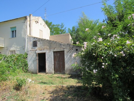 Old bungalow with 4 rooms and 2000sqm of flat land, mainly vines and separate olive grove which can be extended by 40sqm.