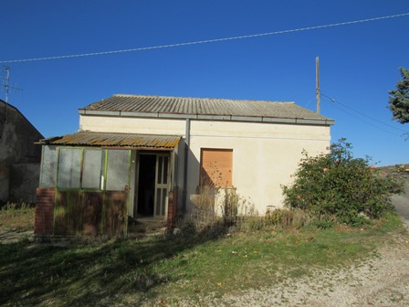 Habitable bungalow of 60sqm in a peaceful location 2km to town with fantastic mountain views 2