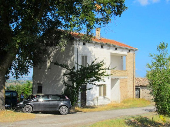 Farm house with sea and mountain views, including barn and 2000sqm of land in habitable condition