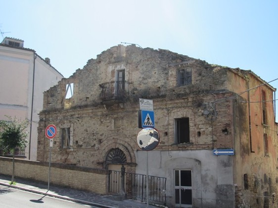 Ruin of 300sqm, dating back to 1850s, in the center of this lively village, full or original character.