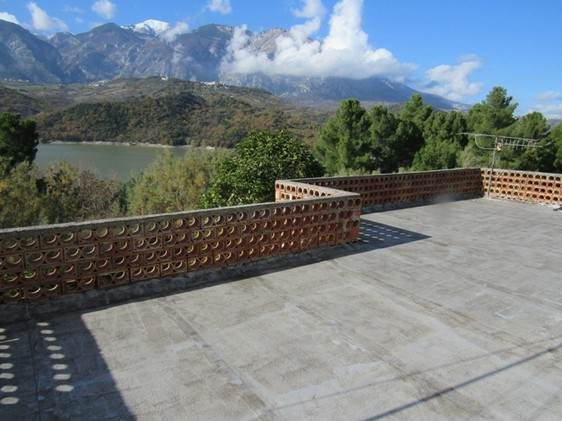 220sqm detached house, with 11 hectares of land overlooking Lake Casoli.