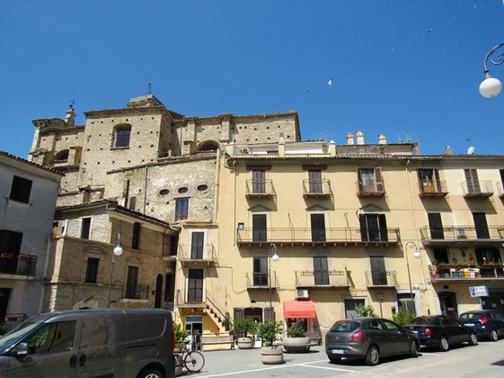 200-year-old Duplex apartment of 160sqm , 4 bedrooms, in the main square of a historic town with vaulted ceilings