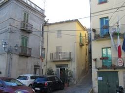 Stone, habitable terraced house, with courtyard, 3km to the lake and 1km to the swimming pool.