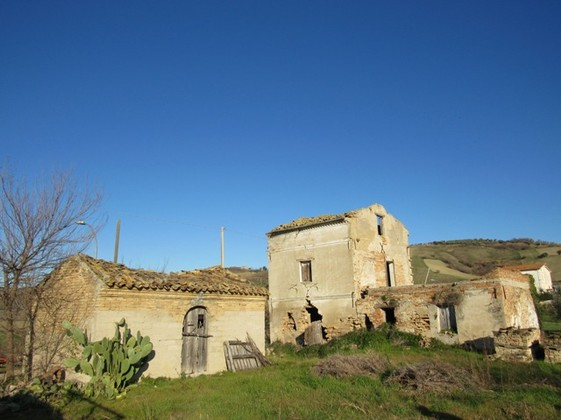 Hill top ruin to build a 300sqm house, with 10,000sqm of land, beautiful views.