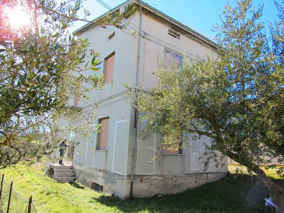 Three bed, 100sqm detached with garden and garage.1