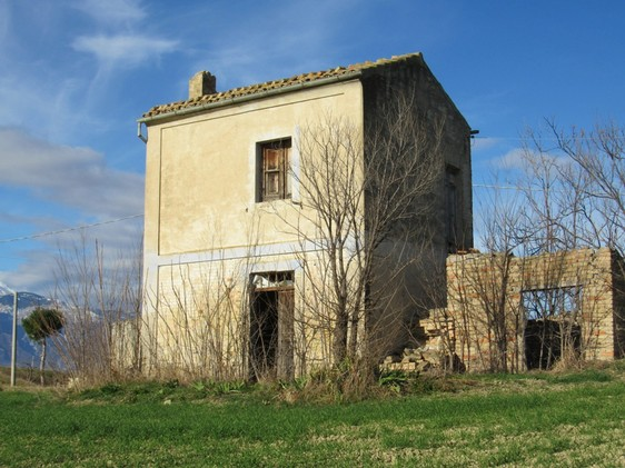Idylic location, ruin and 15,000sqm of flat land to build a 200sqm villa.