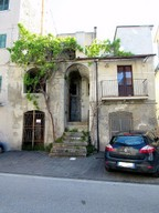 Town house of 80sqm to renovate,  offering some local shops, public swimming pool and the picturesque lake.