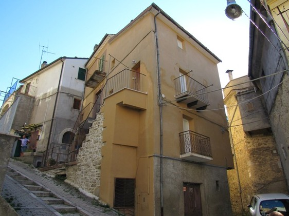 Traditional town house in the center of this old Italian town. 100 meters from the old center, offering basic shops and a bar and restaurant. 1
