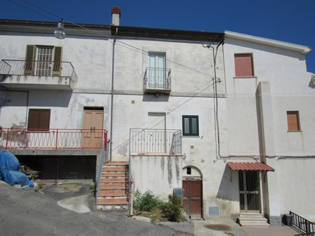 Finished town house with sea and mountain views, 7km to the beach.