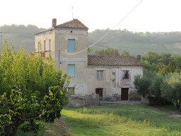 Farmhouse 2km from the city of Lanciano, 5 bedrooms, 1700sqm of flat land and barn1