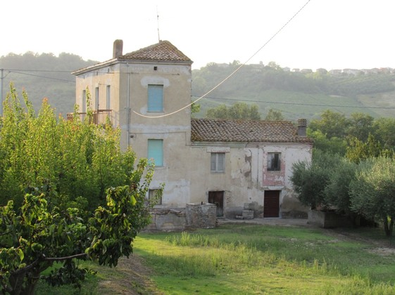 Farmhouse 2km from the city of Lanciano, 5 bedrooms, 1700sqm of flat land and barn