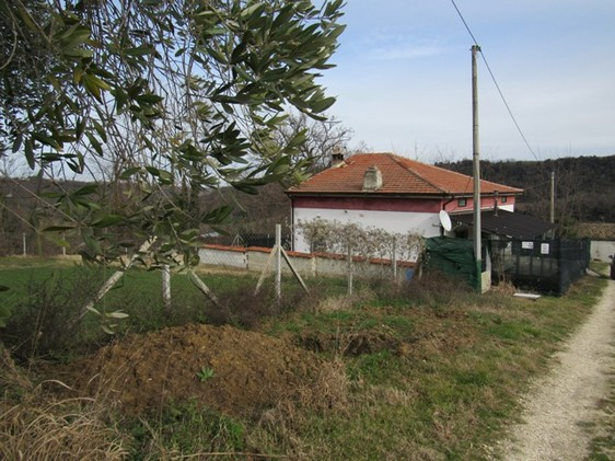 Detached, habitable bungalow with outbuilding and 4500sqm of land.