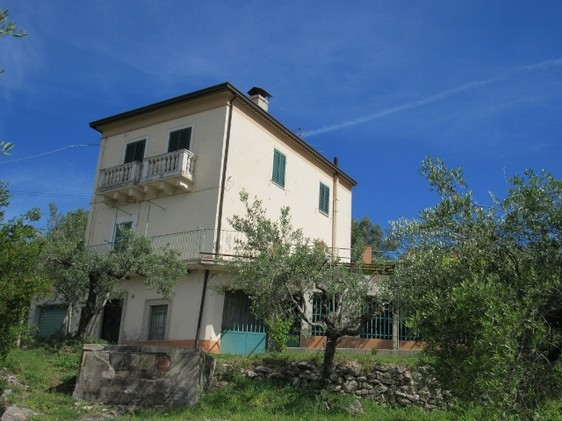 Stone detached , character full house 2km to Bomba, 5km to the lake with garden and open views. 1