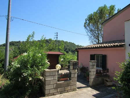 Finished, 2 bedroom cottage 4km to the beach in a peaceful spot with valley views.1