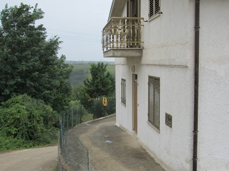 Detached, habitable, 3 bed house 7km to the beach and 200 meters to the town.1