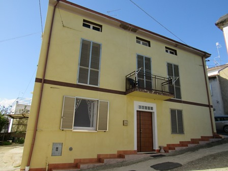 2 bed, finished, country house with nice views, garage, 600sqm of garden and outbuilding 1km to town.