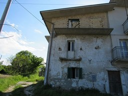 Partially renovated semi-detached house with a new roof and valley views in the countryside 1