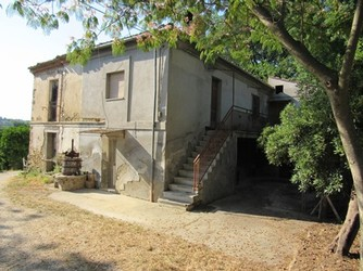 Habitable, 4 bed, 120sqm house, garden, garage, peaceful, 2km from Lanciano. 1