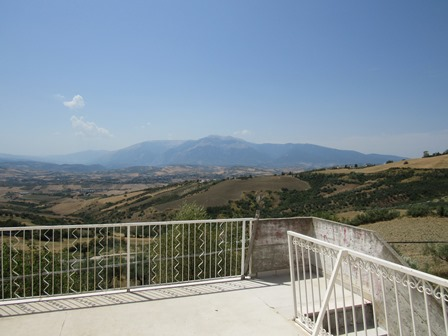 SOLD.Fantastic, mountain view, sun terrace of 15sqm, 1km to town, 2 beds, habitable, 200sqm of garden. 1