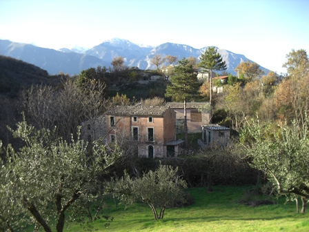Mountain, stone farm, character full building, 4 buildings, 800 meters to the town.